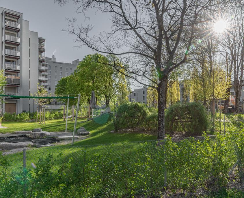 Kindergarten mit Weidenhaus, Findlingen und Holzspielgeräten