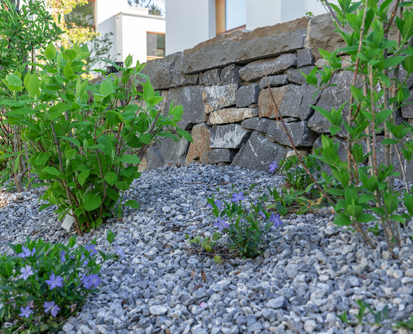 Trockensteinmaur aus Gubr mit Abdeckplatte, Guberpflästerng mit Gneis-Stellplatten, Bepflanzung abgestreut mit Splitt 8mm
