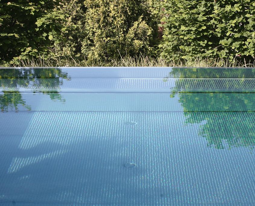 Gartenumänderung Pool Travertin Platten