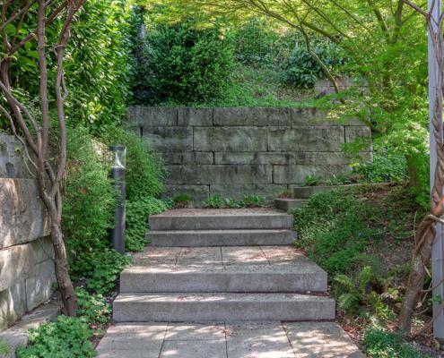 Natursteinmauern mit Barlocher Sandstein, Sichtschutzwand mit Sandsteinplatten, Bepflanzungskonzept Neubau Mehrfamilienhaus