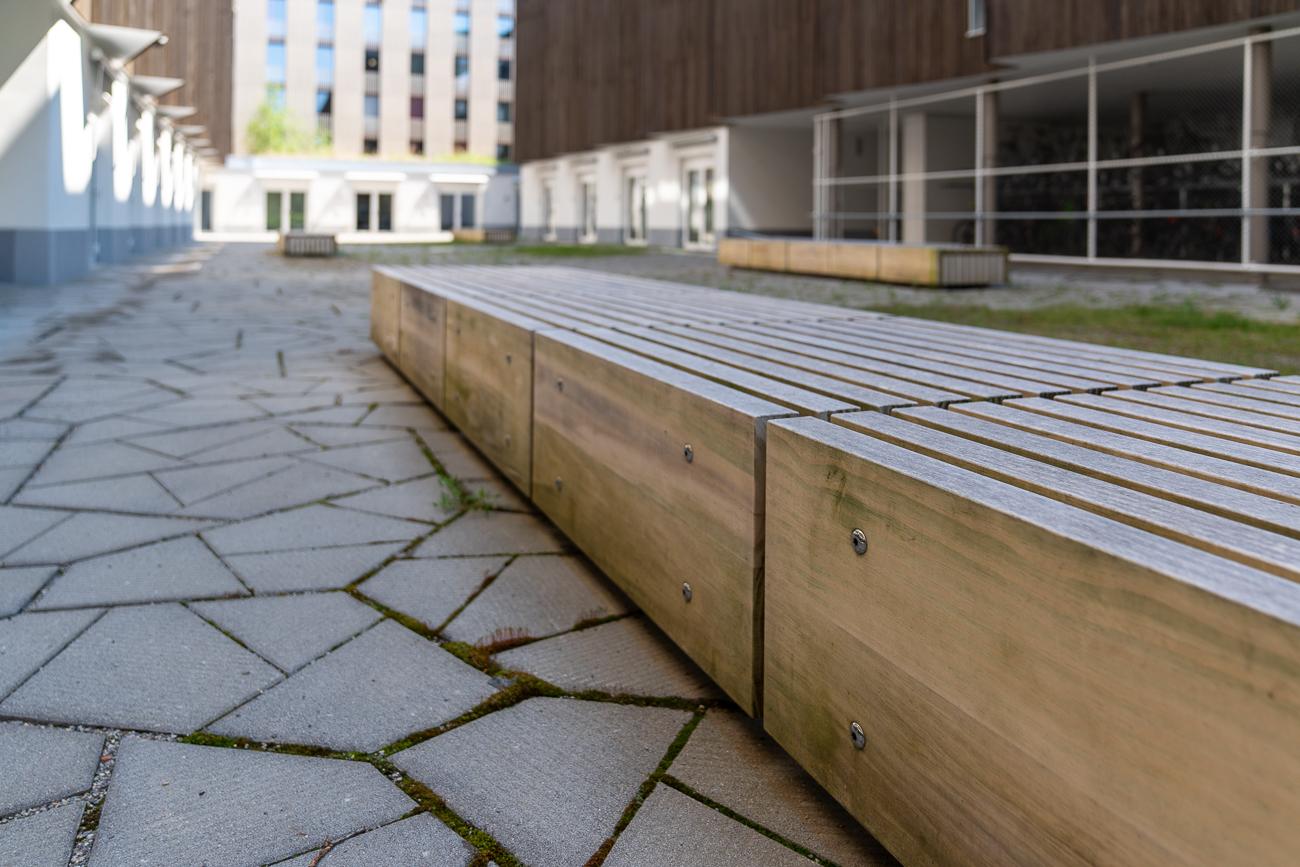 Sitzbänke aus Holz ETH Hönggerberg Studentenwohnheim