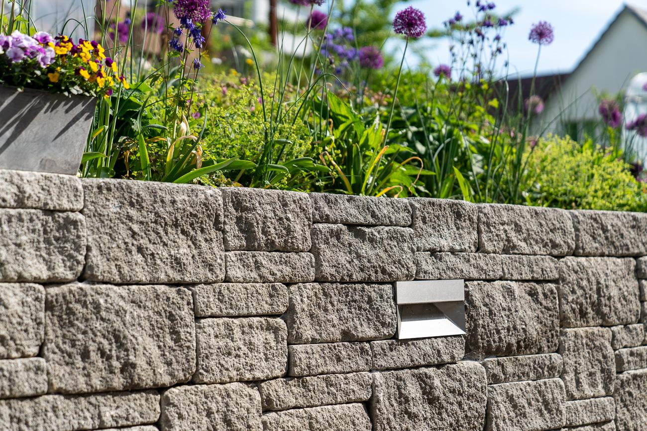 Natursteinmauer Gartenumänderung