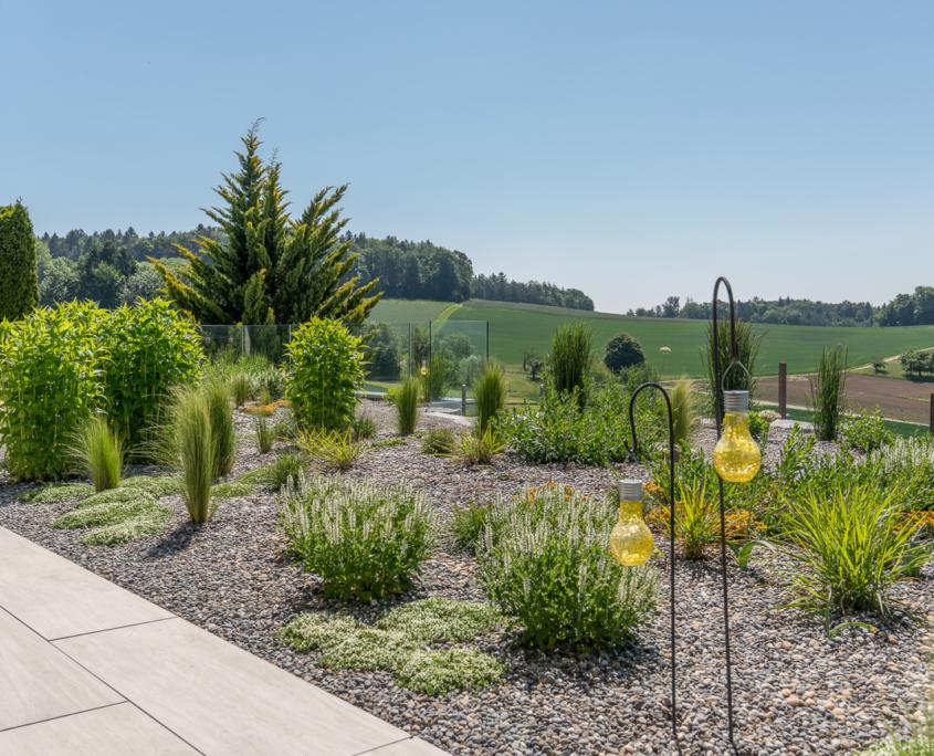 Privatgarten mit Kräutergarten in Kiesbeet