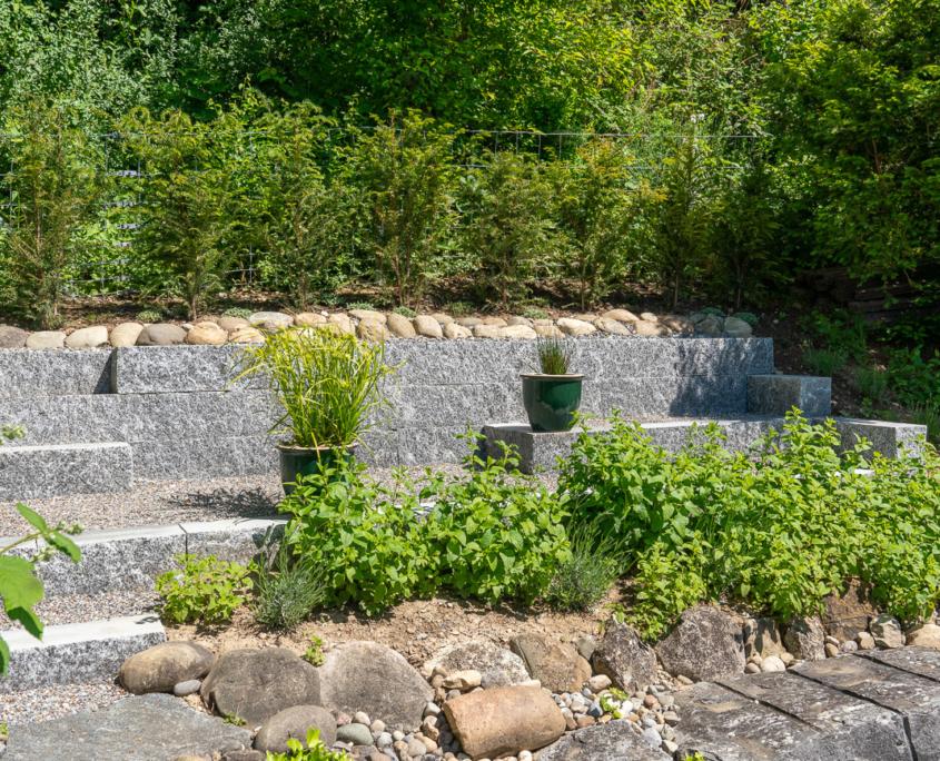 Natursteinmauer in Privatgarten