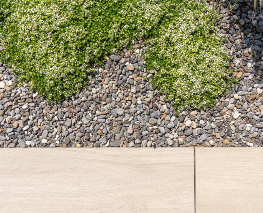 Neugestaltung Privatgarten mit Natursteinplatten