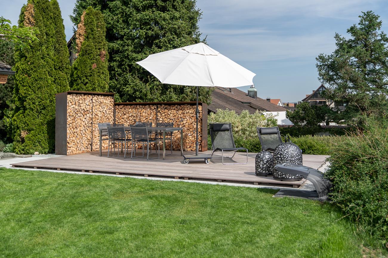 Umänderung Privatgarten mit Sichtschutz aus Holz