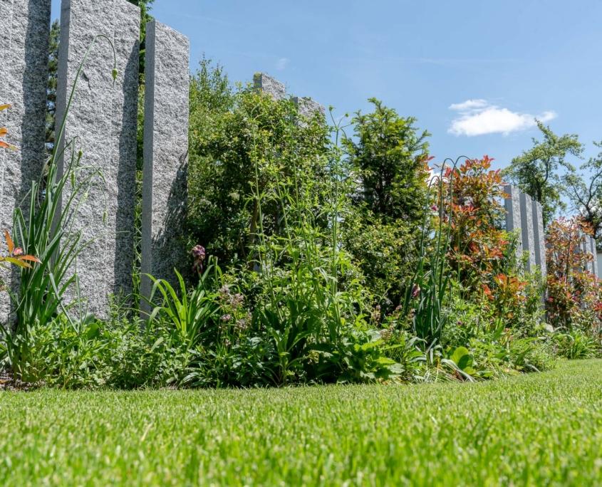 Sichtschutz im Garten mit Granitstehlen aus Naturstein Maggia